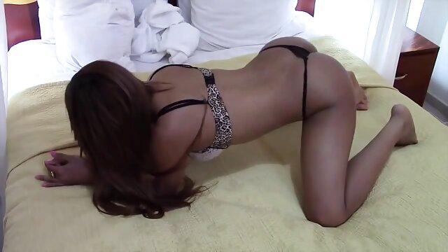 Sexy esposa madura atacada viejitas calientes cojiendo mientras colgaba la ropa sucia - cireman