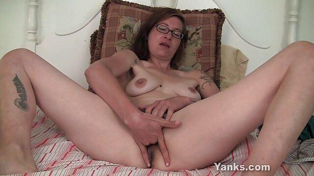Horny Mom Lady extiende su coño peludo para viejitas peludas follando una polla joven