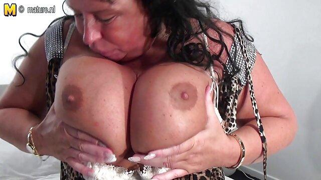 La abuela recibe videos sexo con viejitas dos pollas grandes