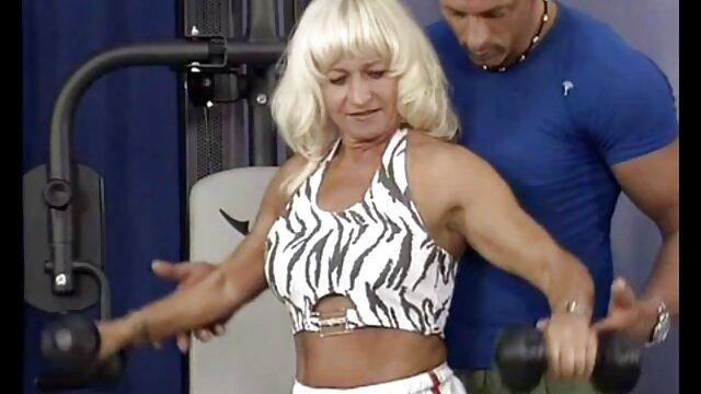 La puta británica Amanda en una escena fetichista cojiendo a viejita de limpieza